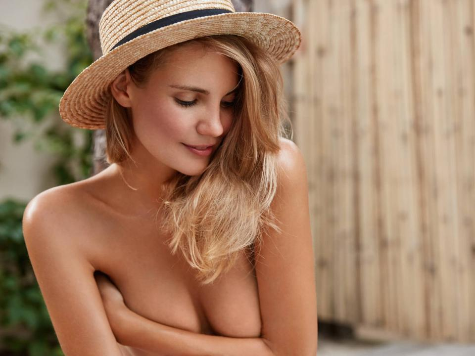 Femme nue se cachant la poitrine