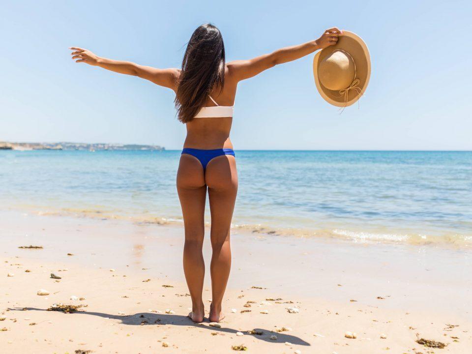 Femme à la plage fessier ferme et galbé