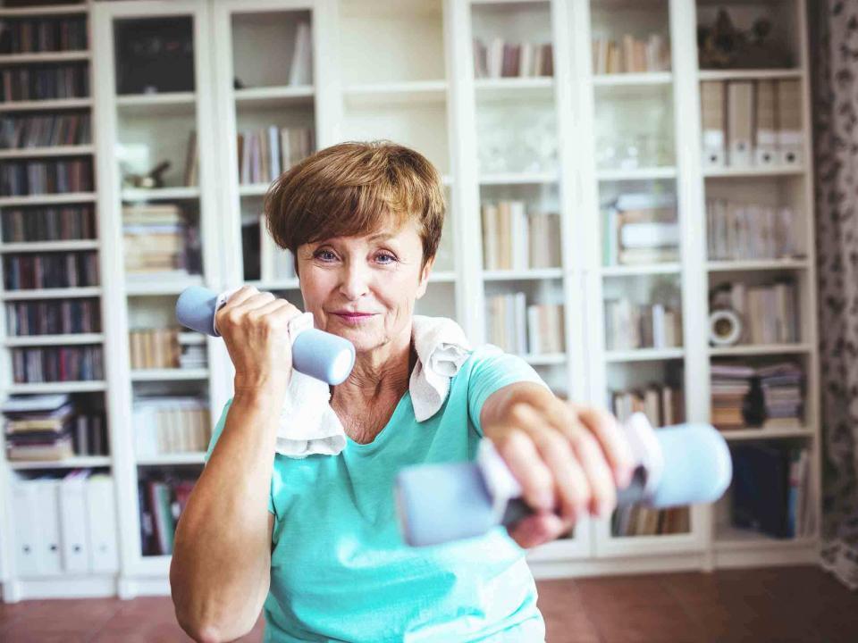 Sport sur ordonnance, cours particulier sénior femme, renforcement musculaire bras avec haltères