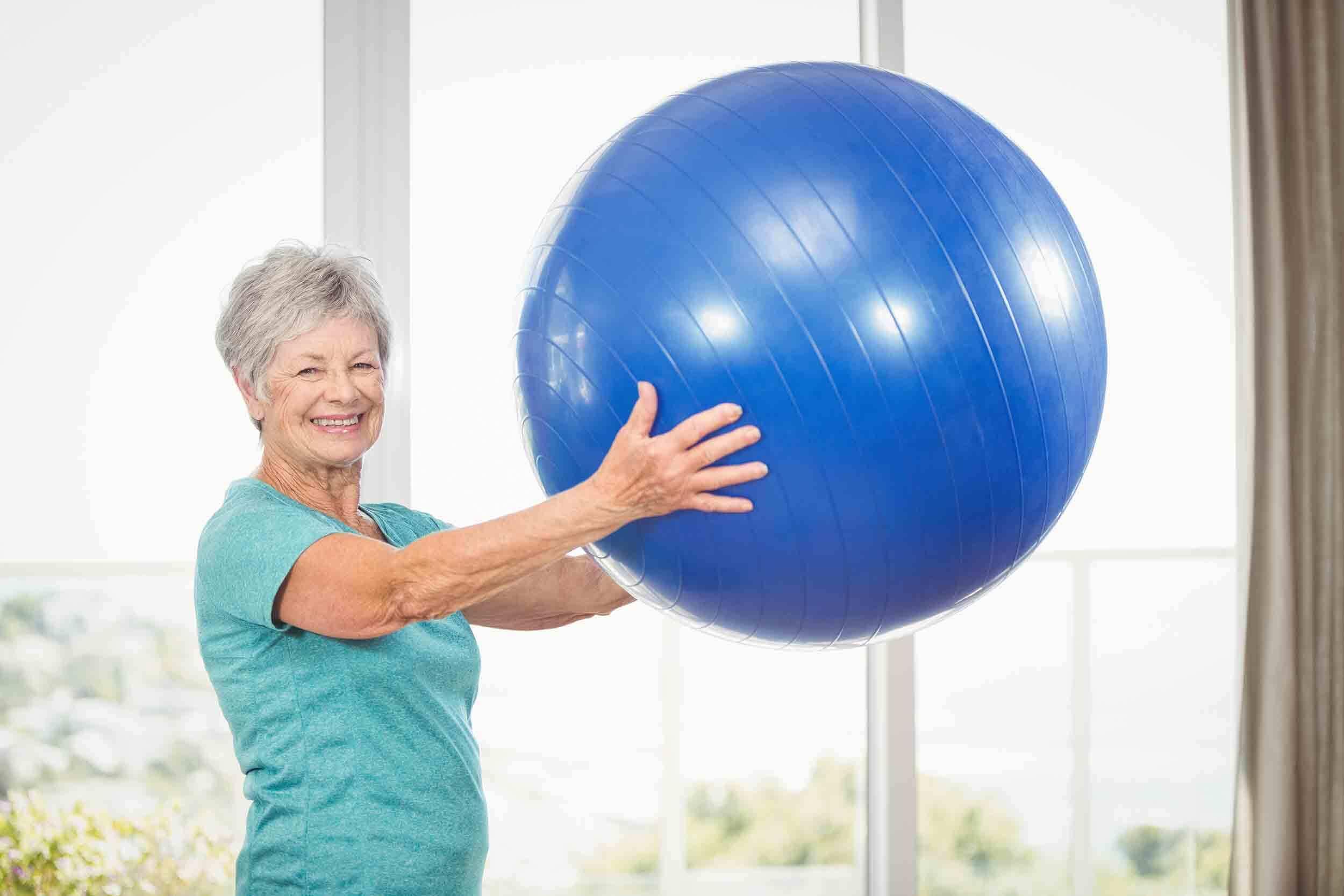 femme sénior portant swissball Fab & Forme