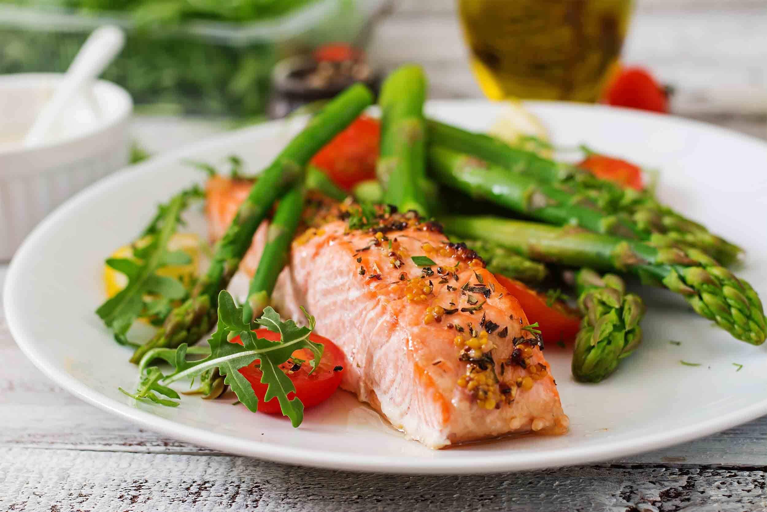 Recette pavé de saumon, asperges vertes et tomates